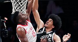 קלינט קאפלה מ יוסטון רוקטס משמאל עושה בלוק על ג'ארט אלן מ ברוקלין נטס NBA, צילום: אי פי איי