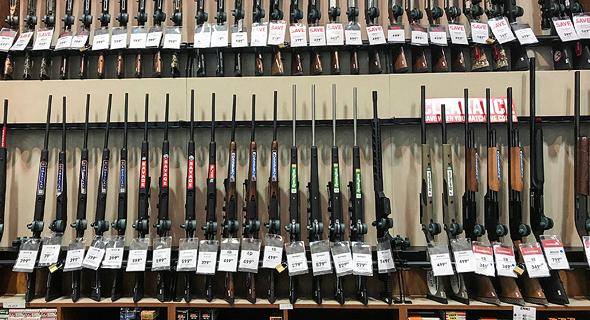 """כלי נשק מוצעים למכירה בארה""""ב, צילום: רויטרס"""