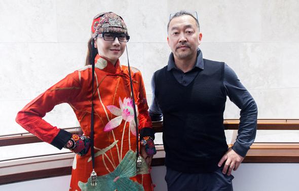"""וואנג והמנהלת האמנותית יאנג לי־פינג. """"בסין היא מפורסמת ברמה של מדונה"""""""