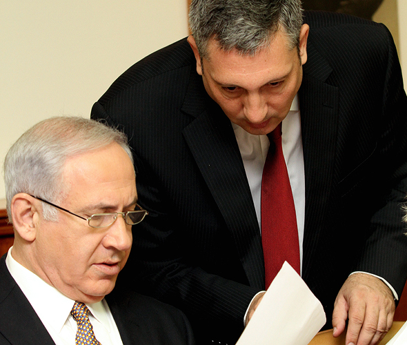 ניר חפץ בנימין נתניהו מכניס פתק לראש הממשלה 22.8.10, צילום: חיים צח