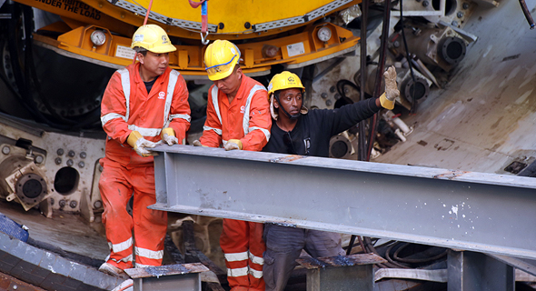 פועלים סינים במנהרת הרכבת הקלה בתל אביב, צילום: שאול גולן