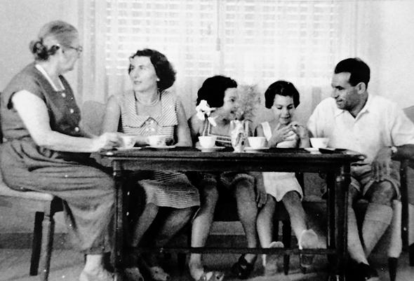 1947 - יהודית ברוניצקי בת ה־6 (שנייה משמאל) עם אחותה שרה (3), הוריה מרים ומרדכי וונדר והסבתא חוה זיגמן, בגבעתיים
