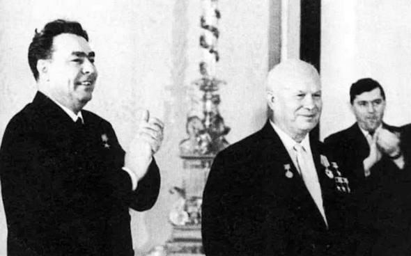 כרושצ'ב (מימין) וברז'נייב