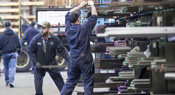 פועלים במפעל מתכת