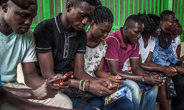 צעירים אפריקאים עם סלולריים