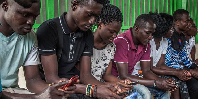 """""""הסלולר והצעירים משנים את אפריקה - עידן הרודנים מסתיים"""""""