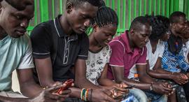 צעירים אפריקה אפריקאים סלולר, צילום: בלומברג