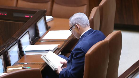 נתניהו קורא ספר במליאה, בזמן הדיונים