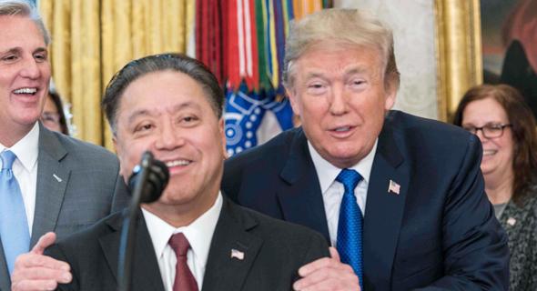 """נשיא ארה""""ב דונלד טראמפ ומנכ""""ל ברודקום הוק טאן בשנה שעברה, צילום: אי.אף.פי"""