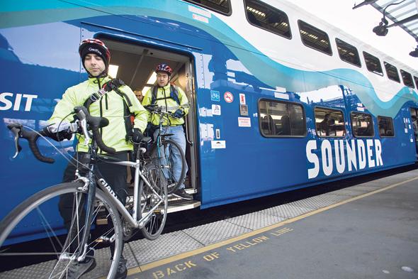 רוכבי אופניים ברכבת. הנסיעה ממרכז העיר לאוניברסיטה אורכת שליש מזמן הנסיעה של רכב פרטי