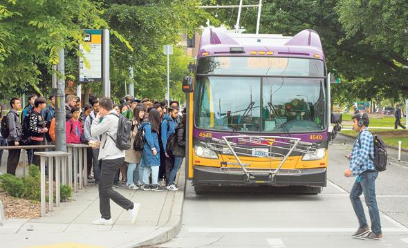 נוסעי אוטובוס של אוניברסיטת וושינגטון. העירייה בנתה נתיבים ומפרצים לאוטובוסים