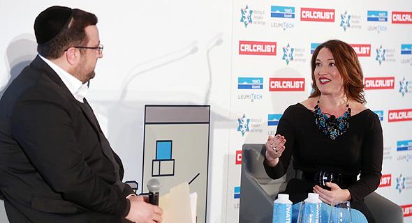 """מימין: רנדי צוקרברג בשיחה עם מוישי פרידמן בוועידת ניו יורק. """"אחרי ששרתי עם פרס התקשרתי לאימא שלי ובכיתי"""""""