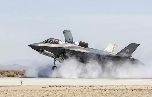מטוס F35B נוחת אנכית