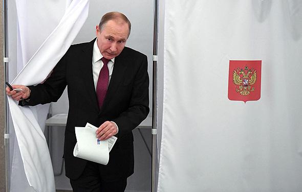 ולדימיר פוטין מצביע בבחירות. הצהיר על כל הונו?