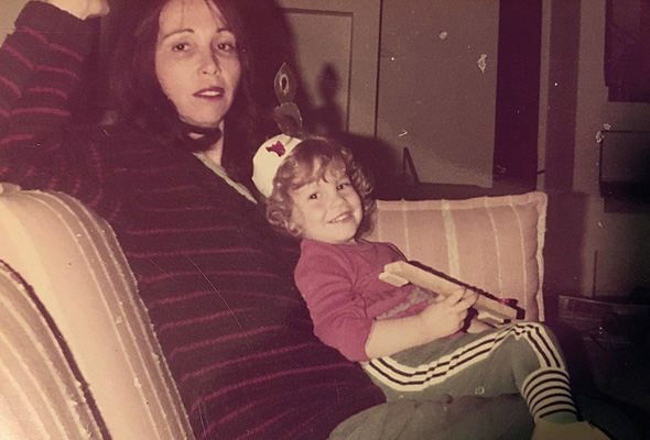"""מזי""""א בגיל 4 עם אמה עדנה"""