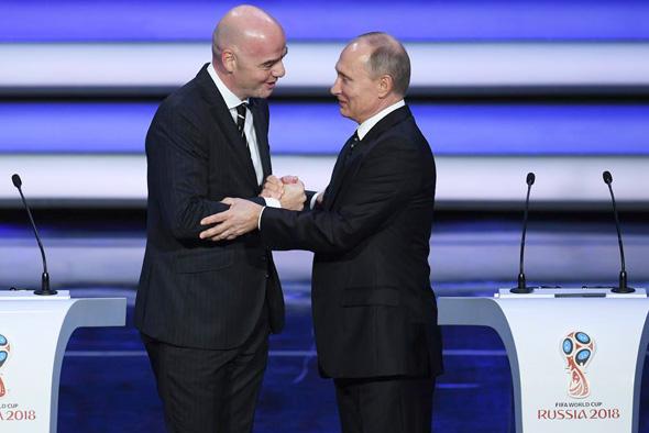 "ג'יאני אינפנטינו נשיא פיפ""א מ שמאל עם ולדימיר פוטין נשיא רוסיה, צילום: רויטרס"