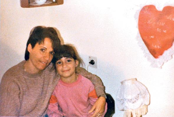 """אביה בגיל 5 עם אמה. """"בבית הספר סומנתי כטראבל־מייקר, רק כי התעקשתי לקבל תשובות לשאלותיי"""""""