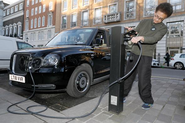 מונית חשמלית בלונדון. צפי ל־40 מיליון מכוניות חשמליות  בכל העולם ב־2025, צילום: בלומברג