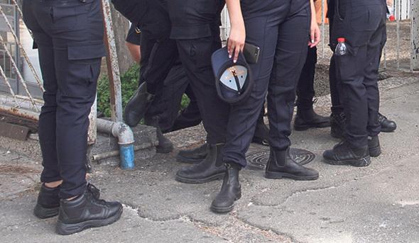 עלי שוטרים. הנעליים שנפסלו נמצאות עדיין בפינות המדים בחנויות הביגוד, צילום: זהר שחר