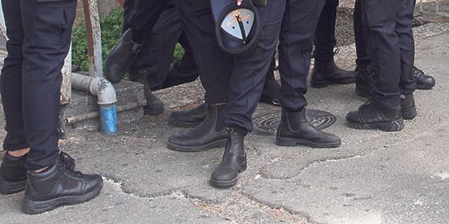 הנעליים של המשטרה צועדות לבית המשפט