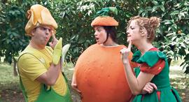 מוסף שבועי 22.3.18 יובל המתובל פאוזי סעיד עם אחיותיו סמאהר ומג'דולין מתוך סרטונים של פוזי מוזי, צילומים: ערוץ היוטיוב fozi mozi