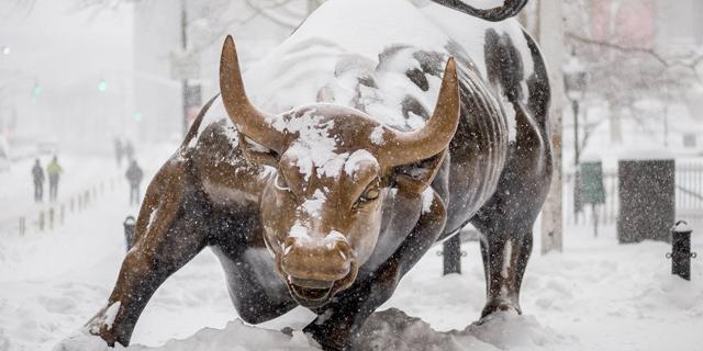השור של בורסת ניו יורק מכוסה שלג, צילום: גטי אימג