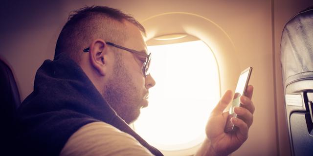 הקברניט סלולרי במטוס טלפון בטיסה, צילום: שאטרסטוק