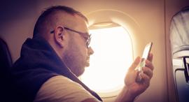 טלפון בטיסה, צילום: שאטרסטוק