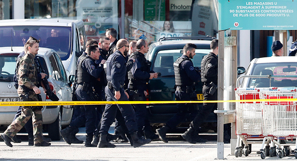 שוטרים מחוץ לזירת הפיגוע בעיר טארב בצרפת, צילום: אי פי איי
