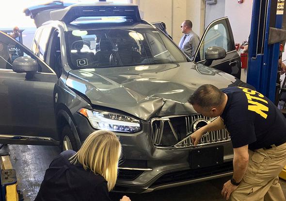 מכונית אובר נבחנת לאחר התאונה