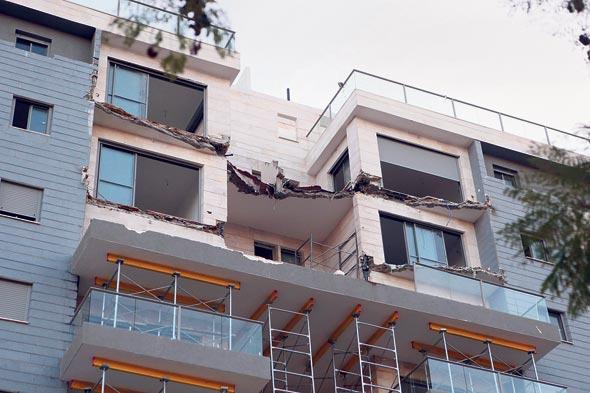 קריסת המרפסות בפרויקט של גינדי בחדרה, 2013. אגרת הבדיקה תעלה עשרות אלפי שקלים