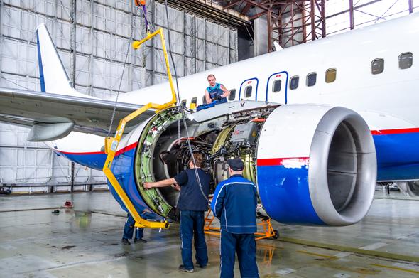 מנוע של בואינג 737 בטיפול, צילום: שאטרסטוק