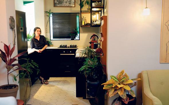 """האדריכלית ענבר גרוס בביתה. """"אנחנו יודעים לעשות דברים בעצמנו, אז פשוט עשינו"""""""