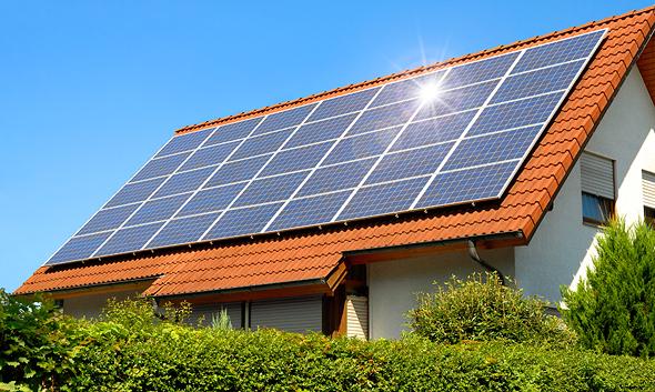 לוחות סולריים על גג בית פרטי, צילום: שאטרסטוק