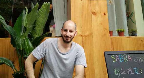 עומר קפשוק בכניסה לבית הקפה שלו בלשאן, צילום: אופיר דור