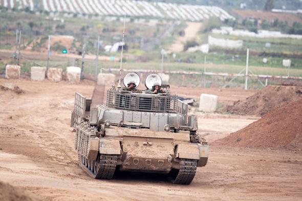 """טנק של צה""""ל בגבול עזה, הבוקר, צילום: איי פי אי"""