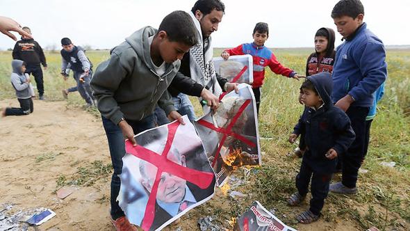 מפגינים פלסטיניים, היום, צילום: רויטרס