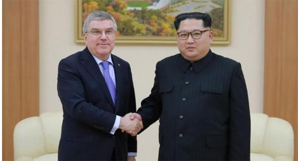 מנהיג צפון קוריאה קים ג'ונג און ונשיא הוועד האולימפי תומאס באך, צילום: רויטרס