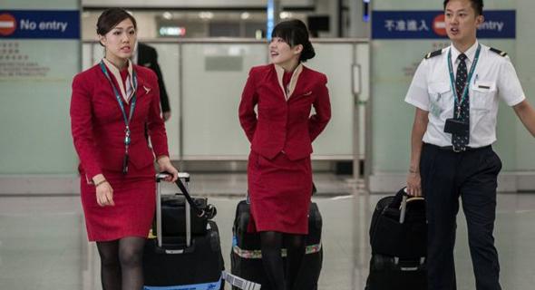 דיילות של חברת התעופה קתאי פסיפיק לבושות חצאית
