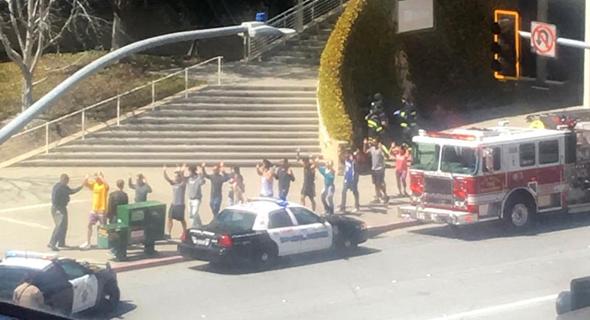 ניידות מחוץ למטה יוטיוב, לאחר אירוע הירי של השנה שעברה, צילום מסך: CNN