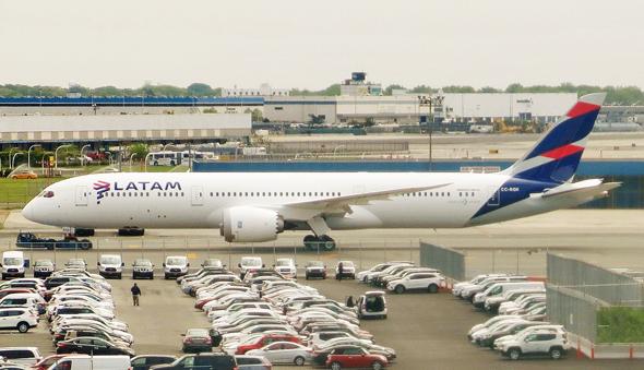 A LATAM plane