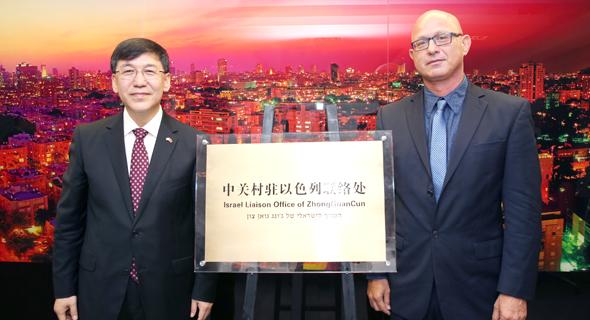 """סגן ראש עיריית בייג'ינג, יין הג'ון ולצידו סגן ראש עיריית ת""""א-יפו, דורון ספיר"""