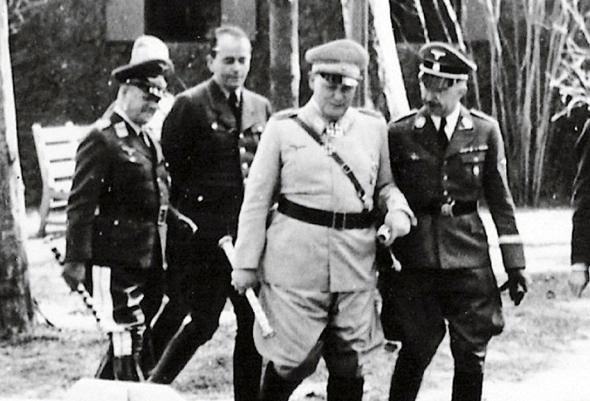 ארהרד מילך (משמאל) לצד חברו הרמן גרינג (במרכז)