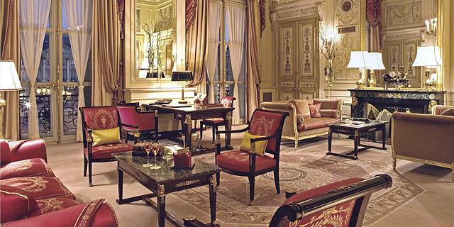 לרבוץ על ספה מהמאה ה-17: ריץ פריז מוציא למכירה 10,000 פריטים היסטוריים