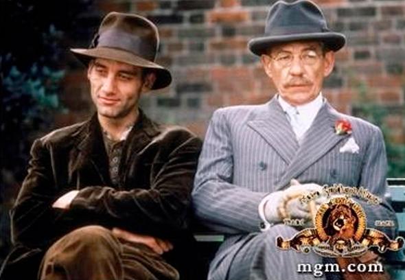 """איאן מק'קלן (מימין) וקלייב אוון בסרט """"עקומים"""" מ־1997"""