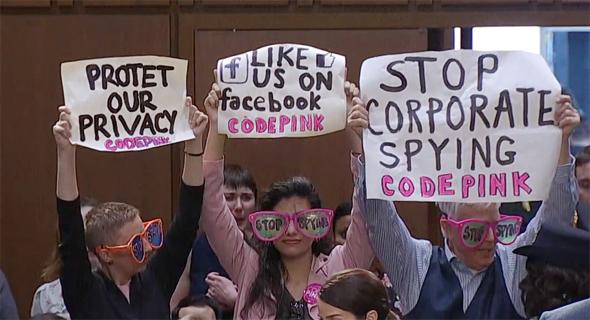 הפגנה נגד פייסבוק ו מארק צוקרברג ב סנאט
