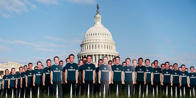 מפגינים נגד פייסבוק מחוץ לבניין הקונגרס, צילום: איי פי