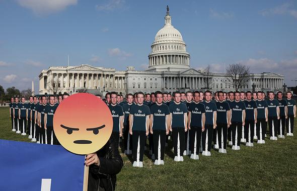 הפגנה נגד פייסבוק ו מארק צוקרברג ב סנאט, צילום: רויטרס