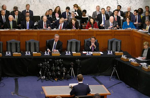 צוקרברג מעיד בפני הסנאט