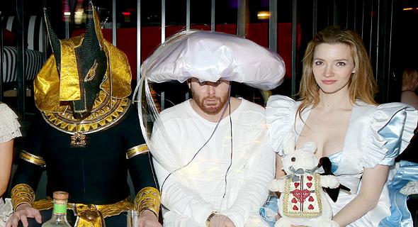 """היזמים אלון מאסק (משמאל) ושון פארקר במסיבה של יו הפנר, 2015. """"לא קל להיות אשה בסביבה כל-גברית אבל כיבדו אותי"""""""